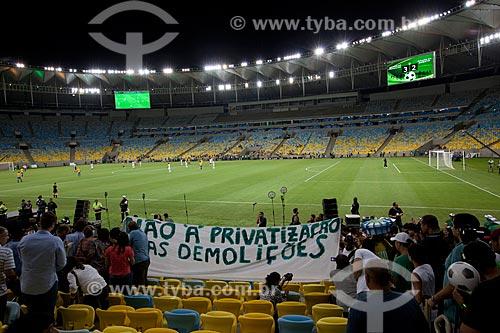Faixa de protesto às privatizações e demolições no entorno do estádio durante o evento-teste do Maracanã - jogo entre amigos de Ronaldo Fenômeno x amigos de Bebeto  - Rio de Janeiro - Rio de Janeiro - Brasil