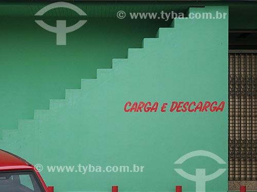 Assunto: Estacionamento com vaga preferencial para carga e descarga com escada ao fundo / Local: Garopaba - Santa Catarina (SC) - Brasil / Data: 2012