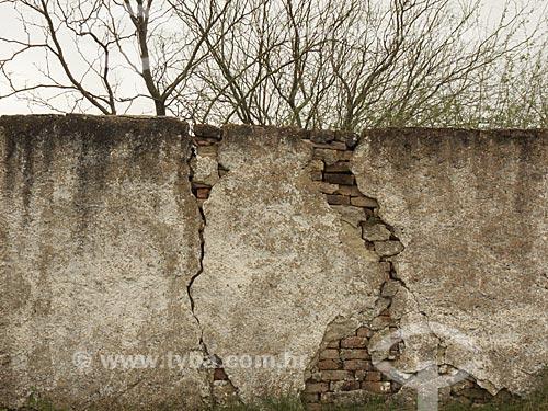 Assunto: Muro do antigo cemitério na Estância da Bica / Local: Distrito de Música - Dom Pedrito - Rio Grande do Sul (RS) - Brasil / Data: 2012