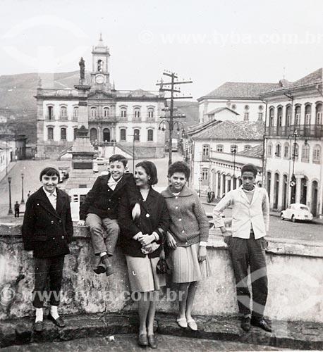 Família Reis dos Santos (da esquerda para a direita): Rosangela, Rogério (filhos), Regina (mãe), Alda (acompanhante) e guia local (nome desconhecido) posam para fotografia na Praça Tiradentes com Museu da Inconfidência ao fundo - Câmera Rolleiflex - (uso editorial)  - Ouro Preto - Minas Gerais - Brasil