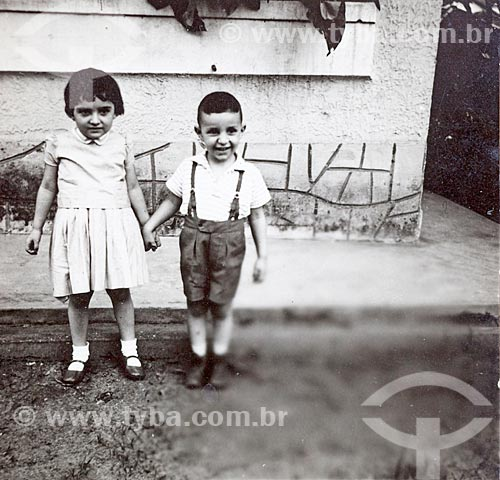 Assunto: Irmãos Rosangela e Rogério Reis posam para fotografia - Câmera Rolleiflex - (uso editorial) / Local: Rio de Janeiro (RJ) - Brasil / Data: Década de 50