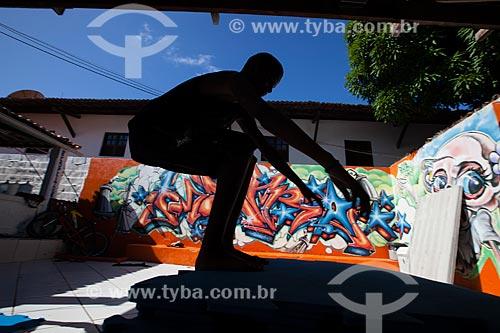 Jovem se exercitando no Projeto das Crianças (ONG)  - Tibau do Sul - Rio Grande do Norte - Brasil