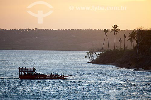 Assunto: Balsa transportando pessoas e carros na Lagoa de Guaraíras, também conhecida como Lagoa do Tibau  / Local: Distrito de Pipa - Tibau do Sul - Rio Grande do Norte  (RN) - Brasil / Data: 03/2013