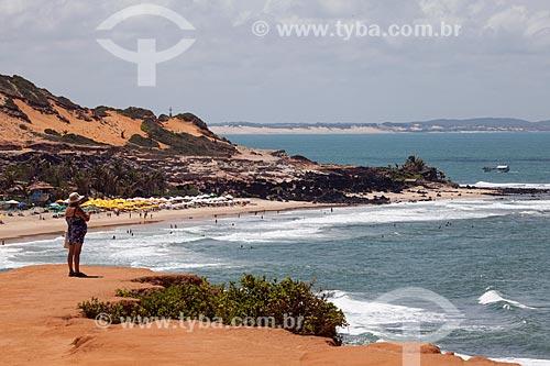 Assunto: Turista observa a Praia do Amor do alto da falésia conhecida como Mirante do Chapadão  / Local: Distrito de Pipa - Tibau do Sul - Rio Grande do Norte  (RN) - Brasil / Data: 03/2013