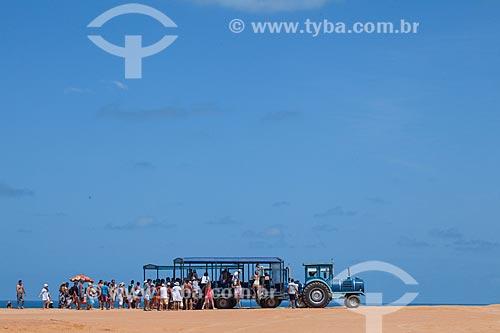 Assunto: Turistas em veículo adaptado para o turismo conhecido como tratrem ,  no alto da falésia conhecida como Mirante do Chapadão  / Local: Distrito de Pipa - Tibau do Sul - Rio Grande do Norte (RN) - Brasil / Data: 03/2013