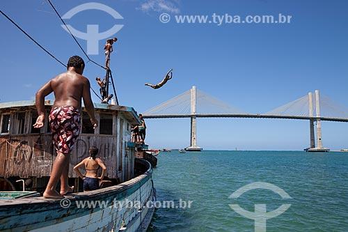 Assunto: Jovens mergulhando no Rio Potengi com a Ponte Newton Navarro (2007) ao fundo / Local: Natal - Rio Grande do Norte (RN) - Brasil / Data: 03/2013