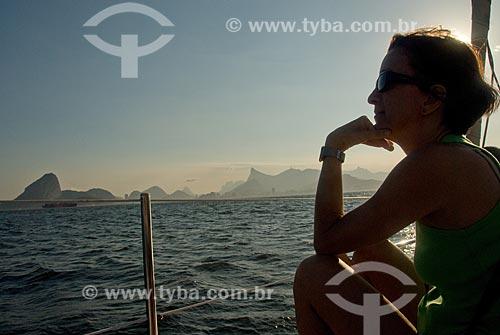Assunto: Mulher olhando a baía de Guanabara com Pão de Açúcar ao fundo / Local: Rio de Janeiro (RJ) - Brasil / Data: 03/2008