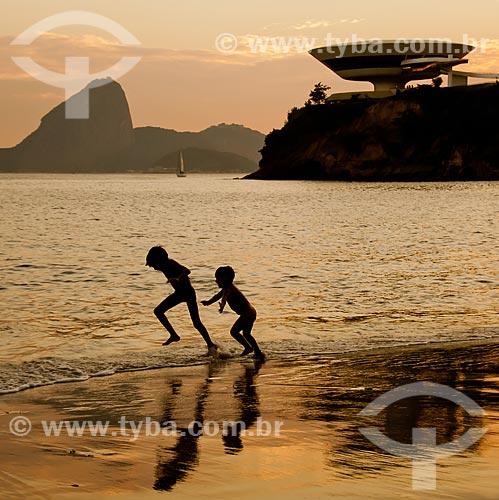 Assunto: Crianças brincando na praia das Flexas com Museu de Arte Contemporânea (1996) e Pão de Açúcar ao fundo / Local: Niterói - Rio de Janeiro (RJ) - Brasil / Data: 02/2011