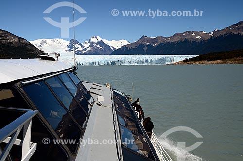 Assunto: Turistas em um Catamarã próximo ao Glaciar Perito Moreno (Geleira Perito Moreno) / Local: Província de Santa Cruz - Argentina - América do Sul / Data: 01/2012
