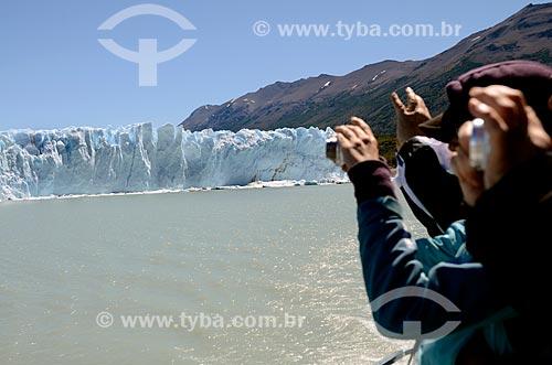 Assunto: Turistas fotografando o Glaciar Perito Moreno (Geleira Perito Moreno) / Local: Província de Santa Cruz - Argentina - América do Sul / Data: 01/2012