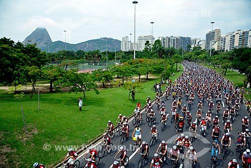 Assunto: World Bike Tour - etapa Rio de Janeiro - detalhe da tartaruga mascote Bklas entre os ciclistas / Local: Rio de Janeiro (RJ) - Brasil / Data: 03/2013