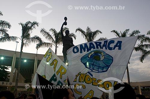 Manifestantes com faixas protestando contra a privatização do Maracanã e de prédios ao seu entorno  - Rio de Janeiro - Rio de Janeiro - Brasil