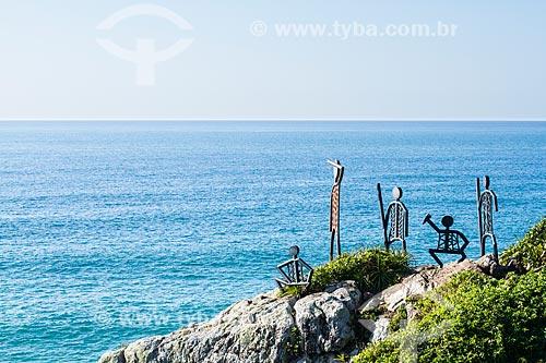 Assunto: Esculturas metálicas que representam uma família de antigos habitantes no costão que separa a Praia do Santinho da Praia do Moçambique / Local: Florianópolis - Santa Catarina (SC) - Brasil / Data: 06/2013
