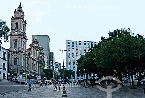 Assunto: Rua Primeiro de Março com a Igreja de Nossa Senhora do Carmo (1770) - à esquerda - e a Praça XV de Novembro - à direita / Local: Centro - Rio de Janeiro (RJ) - Brasil / Data: 06/2013