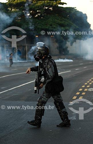 Policial da tropa de choque com mascara de gás no entorno do Maracanã - no protesto antes do jogo entre  Itália x México pela Copa das Confederações  - Rio de Janeiro - Rio de Janeiro - Brasil