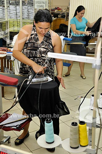 Passadeira trabalhando na produção de roupas  - Ibirá - São Paulo - Brasil