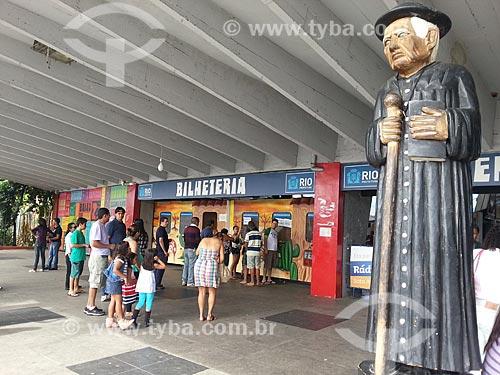Assunto: Bilheteria do Centro Luiz Gonzaga de Tradições Nordestinas com a estátua de Padre Cícero - foto feita com celular Samsung Galaxy S3 / Local: São Cristovão - Rio de Janeiro (RJ) - Brasil / Data: 05/2013