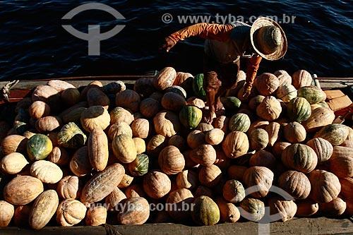 Assunto: Vendedor desembarcando abóboras no porto da Manaus / Local: Manaus - Amazonas (AM) - Brasil / Data: 06/2013