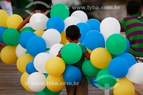 Assunto: Menino com balões coloridos durante a tradicional  festa de São Pedro / Local: Manaus - Amazonas (AM) - Brasil / Data: 06/2013