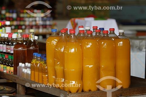 Assunto: Tucupi (molho extraído da raiz da mandioca brava) em garrafas PET  à venda em feira de Manaus / Local: Manaus - Amazonas (AM) - Brasil / Data: 09/2012