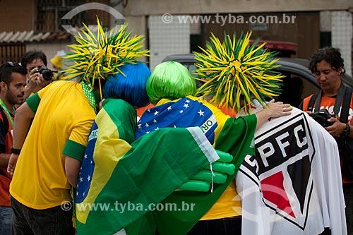Assunto: Torcedores no entorno do Estádio Jornalista Mario Filho, também conhecido como Maracanã  - antes do jogo entre Brasil x Espanha pela final da Copa das Confederações / Local: Maracanã - Rio de Janeiro (RJ) - Brasil / Data: 06/2013