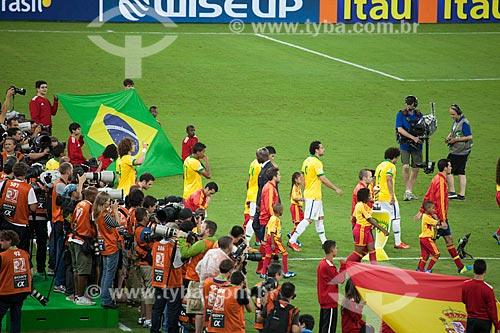 Seleção Brasileira e espanhola entrando em campo no jogo entre Brasil x Espanha pela final da Copa das Confederações no Maracanã  - Rio de Janeiro - Rio de Janeiro - Brasil