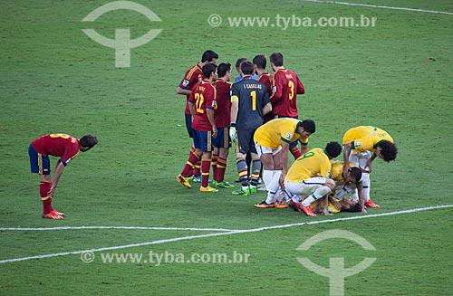 Jogadores ajudando Neymar a se levantar depois de falta cometida pelo zagueiro Gerard Piqué no jogo entre Brasil x Espanha pela final da Copa das Confederações  - Rio de Janeiro - Rio de Janeiro - Brasil