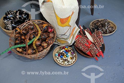 Assunto: Artesanato indígena em madeira - pulseiras, chocalhos e miçangas / Local: Parintins - Amazonas (AM) - Brasil / Data: 06/2013