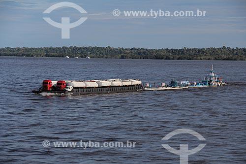 Assunto: Balsa transportando carrocerias de caminhões-tanque no Rio Amazonas próximo à Itacoatiara / Local: Itacoatiara - Amazonas (AM) - Brasil / Data: 07/2013