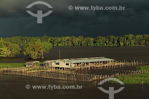 Assunto: Armazém para beneficiamento da Juta às margens do Rio Amazonas próximo à Itacoatiara com nuvens de chuva no céu / Local: Itacoatiara - Amazonas (AM) - Brasil / Data: 07/2013
