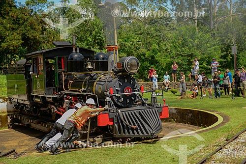 Homens manobrando Maria-fumaça saindo da estação da Estrada de Ferro Oeste de Minas (1881) utilizada para passeio turístico de São João Del Rei a Tiradentes  - Tiradentes - Minas Gerais - Brasil