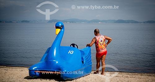Assunto: Homem e Pedalinho em forma de cisne na Ilha de Paquetá / Local: Paquetá - Rio de Janeiro (RJ) - Brasil / Data: 04/2013