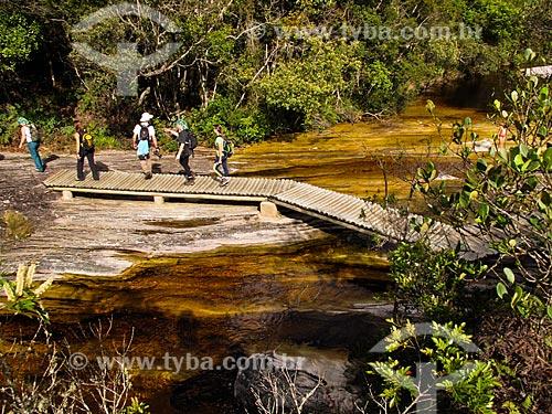 Assunto: Turistas atravessando ponte sobre o Rio Preto / Local: Lima Duarte - Minas Gerais (MG) - Brasil / Data: 04/2009