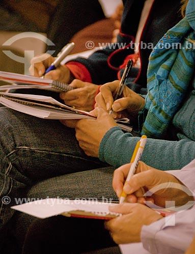 Assunto: Pessoas fazendo anotações durante retiro budista de aprofundamento da meditação / Local: Distrito de Araras - Petrópolis - Rio de Janeiro (RJ) - Brasil / Data: 05/2009