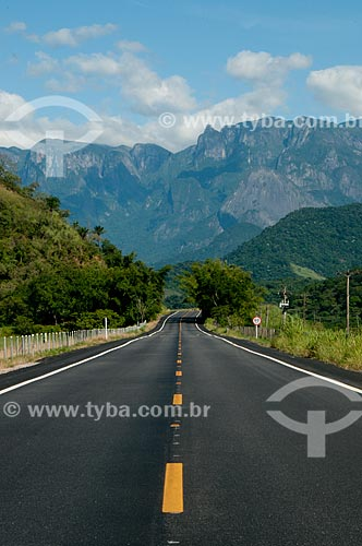 Assunto: Estrada Rio-Friburgo com a Serra dos Órgãos ao fundo / Local: Distrito de Guapiaçu - Cachoeiras de Macacu - Rio de Janeiro (RJ) - Brasil / Data: 02/2012