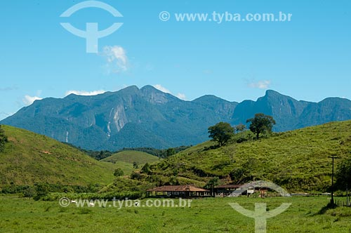 Assunto: Curral de propridade rural com a Serra dos Órgãos ao fundo / Local: Distrito de Guapiaçu - Cachoeiras de Macacu - Rio de Janeiro (RJ) - Brasil / Data: 02/2012