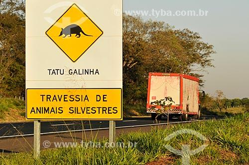 Assunto: Placa indicando travessia do Tatu-Galinha (Dasypus novemcinctus) na Rodovia Euclides da Cunha (SP-320) / Local: Urânia - São Paulo (SP) - Brasil / Data: 07/2013
