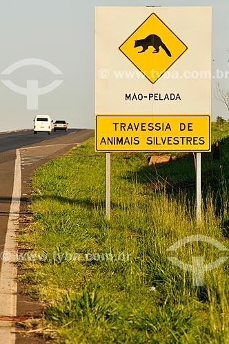 Assunto: Placa indicando travessia do Mão-Pelada (Procyon cancrivorus) na Rodovia Euclides da Cunha (SP-320) / Local: Santa Fé do Sul - São Paulo (SP) - Brasil / Data: 07/2013