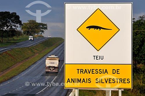 Assunto: Placa indicando travessia do Teiú (Tupinambis merianae) na Rodovia Euclides da Cunha (SP-320) / Local: Fernandópolis - São Paulo (SP) - Brasil / Data: 07/2013
