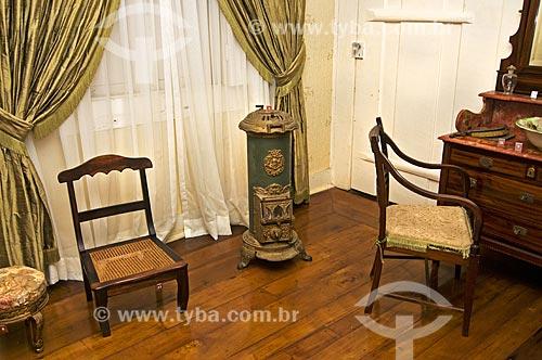 Assunto: Mobília e fogão de calefação usado nas estações frias em exposição no Museu Casa de Quissamã - antiga residência do Visconde de Araruama / Local: Quissamã - Rio de Janeiro (RJ) - Brasil / Data: 06/2013