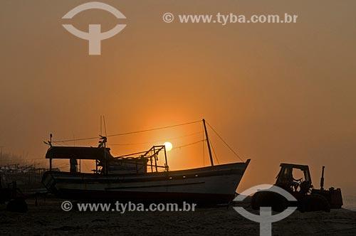 Trator puxando barco de pesca para o mar na Praia de Farol de São Thomé - Pescadores utilizam tratores para puxar e empurrar as embarcações do mar para a areia por não possuírem porto para o atracamento dos barcos  - Campos dos Goytacazes - Rio de Janeiro - Brasil