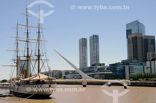 Vista do Buque Museo Fragata ARA Presidente Sarmiento (Navio Museu Fragata Presidente Sarmiento) com a Puente de la Mujer (Ponte da Mulher) ao fundo  - Buenos Aires - Argentina