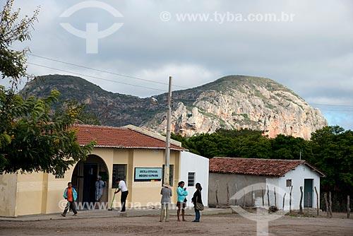 Escola Estadual Indígena da Etnia Kapinawá na aldeia ou comunidade Mina Grande com pedra do Elefante ao fundo no Parque Nacional do Catimbau  - Imagem licenciada -  ACRÉSCIMO DE 100% SOBRE O VALOR DE TABELA  - Buíque - Pernambuco - Brasil