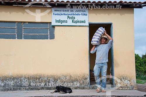 Homem retirando alimentos do posto índigena Kapinawá da Fundação Nacional do Índio (FUNAI) para distribuir na aldeia ou comunidade Malhadorno Parque Nacional do Catimbau  - Imagem licenciada -  ACRÉSCIMO DE 100% SOBRE O VALOR DE TABELA  - Buíque - Pernambuco - Brasil