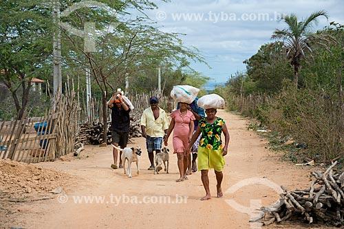 Índios da Etnia Kapinawá na aldeia ou comunidade Malhador transportando cestas básicas de alimentos recebidas da  Fundação Nacional do Índio (FUNAI) no Parque Nacional do Catimbau  - Imagem licenciada -  ACRÉSCIMO DE 100% SOBRE O VALOR DE TABELA  - Buíque - Pernambuco - Brasil