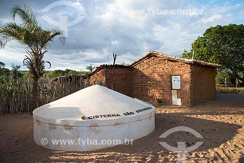 Casa de pau-a-pique na aldeia ou comunidade Batinga com cisterna na Terra Índígena Kapinawá no Parque Nacional do Catimbau - Imagem licenciada -  ACRÉSCIMO DE 100% SOBRE O VALOR DE TABELA  - Buíque - Pernambuco - Brasil