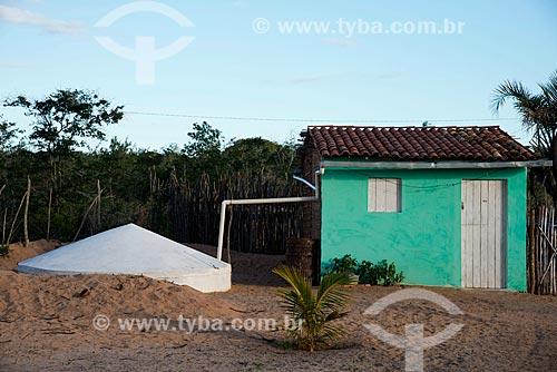 Casa na aldeia ou comunidade Batinga com cisterna na Terra Índígena Kapinawá no Parque Nacional do Catimbau - Imagem licenciada -  ACRÉSCIMO DE 100% SOBRE O VALOR DE TABELA  - Buíque - Pernambuco - Brasil