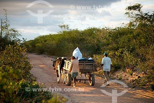 Assunto: Casal da Etnia Kapinawá da aldeia ou comunidade Malhador transportando pertençes em carroça no Parque Nacional do Catimbau / Local: Buíque - Pernambuco (PE) - Brasil / Data: 06/2013