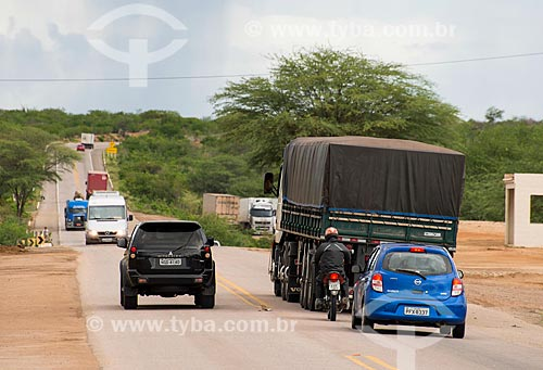 Assunto: Ultrapassagem proibida na Rodovia Luiz Gonzaga (BR-232)  / Local: Custódia - Pernambuco (PE) - Brasil / Data: 06/2013
