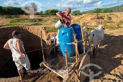 José Francisco de Lima enchendo tonéis de água em vilarejo na zona rural  - Custódia - Pernambuco - Brasil